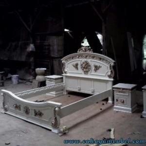Tempat Tidur Warna Putih Duco Jepara